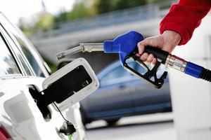 Menar regeringen allvar med att omställningen ska skjuta fart, behöver premierna höjas och ges även till den som kör på etanol eller biodiesel, skriver debattförfattarna.
