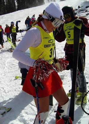 Malin Hemmingsson vann slalomen för andra gången på tre år i NCAA-finalen.Varje år i slutet av säsongen åker studenterna en plojtävling där alla klär ut sig.