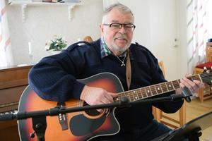 Ove Aronsson har samlat en rad minnen från sitt liv som sjöman i en sångbok.