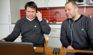 Spänning framför datorerna när hockeykvalet lottades måndag förmiddag. Kjell-Åke Andersson och Markus Åkerblom följer proceduren.– Det blir tufft, men också väldigt kul med en helt ny okänd motståndare, menar båda.