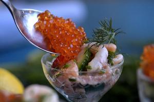 Det finns inga rätt och fel när det gäller ceviche mer än att fisken måste vara färsk. Att göra den på svenska råvaror och smaker funkar finfint det också.