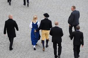 Riksdagsledamöter för Sverigedemokraterna lämnar Storkyrkans gudstjänst inför riksdagens öppnande på tisdagen, sedan biskop i sin predikan talade om rasism och främlingsfientlighet. Partiets ordförande Jimmie Åkesson bär folkdräkt med gula byxor och hatt.