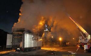 Natt mot torsdag. Ett elfel orsakar brand i lastbilssläpet vid Ica-lagret. Röken spred sig över centrala Borlänge, främst Östermalm.Foto: RÄDDNINGSTJÄNSTEN