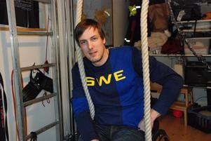 Christian har byggt ett gym i familjens villa på Tallåkern. Här tränar han upp armstyrkan med hjälp av rep som hänger ned från taket.