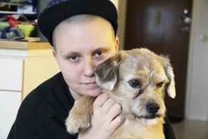 Rocky är ett stöd i vardagen. Jag hade även en egen häst i fem-sex år, men som dog i juni förra året, säger Kim Roos som kan tänka sig att i framtiden jobba och hjälpa hundar som har det svårt.