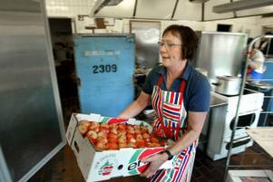 Christa Frankell Jonsson jobbar i mottagningsköket i Vibackeskolan. Hon tycker att det är bra att kommunen börjar med att kyla maten.