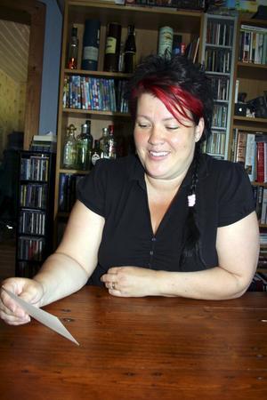 Brev från kolonin. Annika Hjärterström säger att hon blev tårögd över det korta brevet från sonen William som han skrev från kollot i Kumlagården.