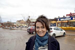 Marika Sernfält framför den nya delen av årets julmarknad i Leksand – delar av Coop Konsums parkering.