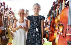 Anna Molin, 7 år, och Anna Andersson, 8 år har läst sig spela fiol under Folkungars sommarläger.