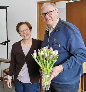 Alf Werner tackar Anna Falkengren för besöket med en vårblomma.