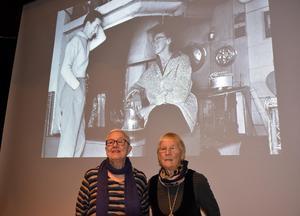 På fotot umgås Sara Lidman och Berta Hansson i Bertas kök i Hammerdal. Birgitta Larsson och Gunila Carlstedt vet både mycket om deras 30-åriga vänskap.