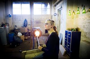 I en vecka har glaslåserskan Anny Jernberg haft företaget öppet. Nu satsar hon på att sälja sitt glas genom sin hemsida och på Mobackes.