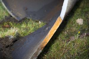 Vattenläckan på Brynäs. Trots att det 15 millimeter tjocka gjutjärnsgodset legat i marken sedan 1948 ser det tämligen opåverkat ut. Sprickan i rörets botten är dock monumental. Hela sex meter lång.