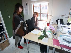 Det råder god stämning på företaget. Här språkar nyanställda Johanna Näsholm med Emelie Strand som funnits med på lönerullen sen ett drygt år tillbaka.