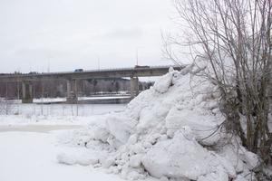 Något tiotal meter från Dalälven ligger snöhögar som forslats från Avestas gator. Om snön hade dumpats direkt i älven hade kommunen behövt söka dispens hos länsstyrelsen.
