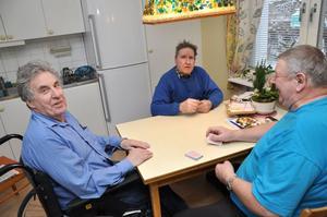 """Bernt Holmgren (till vänster) trivs bra på Björken. Varje fredag får han besök av vännerna Helge Wedén och Henry Jansson.  """"Vi spelar kort och tippar,"""" säger Bernt glatt."""