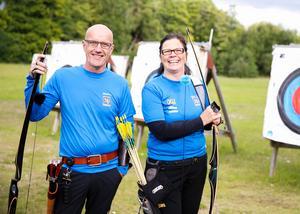 Till vänster: Yngve Malmström, Södertälje BF.  Till höger: Kaarina Saviluoto, Nykvarns BSF, som numera även är förbundskapten för paralandslaget i bågskytte.