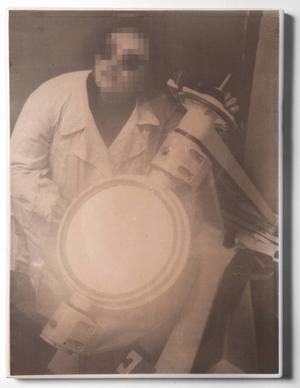 Sedan två år tillbaka bearbetar Annika von Hausswolff bilder ur sitt arkiv som hon sedan låter emaljera. 16 av dem, däribland