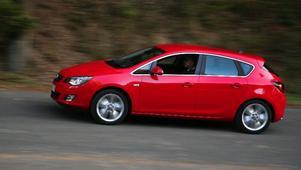 Den sluttande fönsterlinjen lurar ögat och ger nya Opel Astra en sportig karaktär. Så takhöjden bak är generösare än den ser ut att vara och baksätet är överraskande rymligt. Foto: Rolf Gildenlöw
