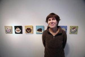 Fikafest hos Anna Erlandsson på Galleri S. Krossat porslin återuppstår i form av en kaka per veckodag, inte bara fettisdagsbulle.