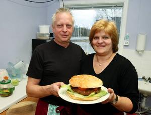 Här visar Klaus och Marika Hohenwald det färdiga resultatet. Restaurangens minsta hamburgare på 1,2 kilo. Foto: Jan Andersson