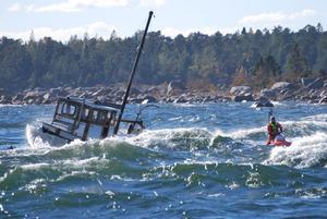 De var kraftig blåst och tre meter höga vågor tisdagen 28 september 2010 då Kustbevakningen räddade en man i Söderhamns skärgård.