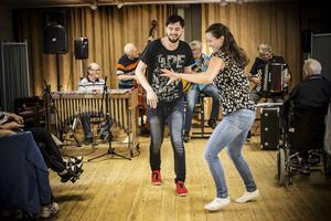 Maja Vestling och Mattias Ångström från Östersunds bugg och rock´n roll klubb dansade för och med pensionärerna.
