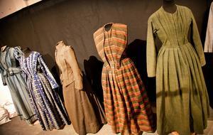 Några klänningar ur Textilarkivets rika samlingar.