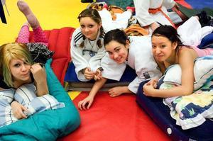 Gillade lägret. Misse Sirola, Carolina Sirola, Carla Adriasola och Siet-Ling Law från Nacka judoklubb trivdes under lägerveckan i Borlänge. På kvällarna övernattade de på medhavda madrasser i judolokalen.