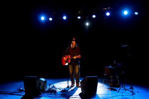 Gibbs raspiga röst och kraftfulla gitarrspel gör att det bara är att luta sig tillbaka i fåtöljen och njuta.