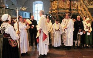 Fredrik Lautmann läste evengeliet, diakonen Birgit Arvids höll i bibeln.