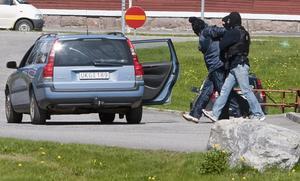 En av rånarna grips av polisen. Foto: Rolf Höjer/Scanpix