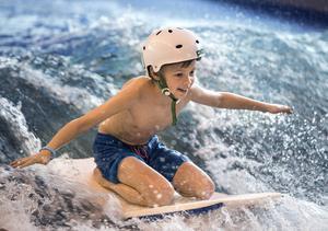 Theo Lindberg, 9 år, balanserade på den forsande strömmen.