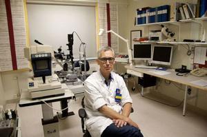 Ögonläkare Erling Streman tycker inte om väntetider, nu kan han operera direkt