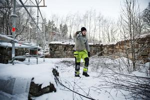 Emil Bogevik jobbar med ställningsmontage inför restaureringen av Gudmundrå kyrkoruin.