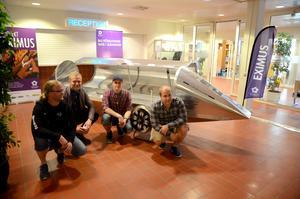 Ingenjörsstudenterna på Högskolan i Borlänge Benny Magnusson, Jens  Bertilsson, Fredrik Gustafsson och Mikael Kalrot vann tävlingen Delsbo Electric. De slog världsrekord genom att bygga den energisnålaste batteridrivna rälsfarkosten.
