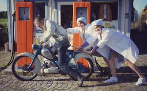 Fabian Hedlund tar fart inför mopedrallyt tillsammans med Maria Harg och Katarina Sundh.