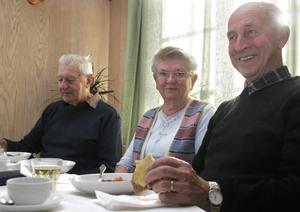 Med på sopplunchen var Gunnar Bidell, Margit Gröning och Gösta Gröning.– De gör ett toppenjobb här, säger Gunnar Bidell.