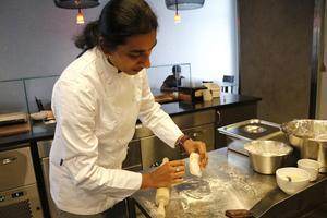 Santhi visar hur hon gör olika indiska bröd, bland annat Paratha som viks flera gånger och därför består av olika lager.