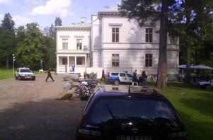 Strax efter lunch upptäcktes tjuvarna och tre polispatruller kom till platsen.
