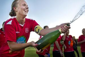 Moheds lagkapten Johanna Kallio sprutar glatt champagne efter seriesegern.