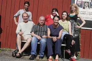 Sommarens teatergäng: regissör Johan Svangren med skådespelarna Olle Sarri, Torbjörn Harr, Tintin Anderzon, Petra Nielsen, Tove Edfeldt och Anna Littorin.