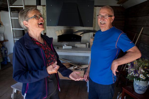 I bagarstugan som håller på att färdigställas. Seija och Kjell var redan i 40-årsåldern när de och fyra andra par förverkligade ekobyn.