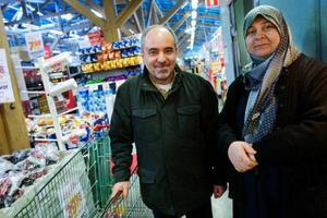 """""""Vi har märkt av de dyrare priserna, så vi köper mindre frukt- och grönt nu. Men när något säljs till bra pris passar vi på och köper mer av det"""", säger Saleh Alhesan Och Jabar Salima, Torvalla."""