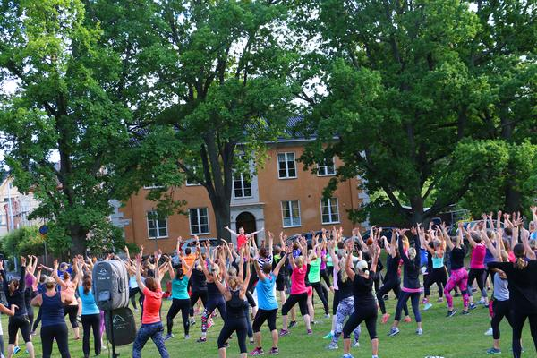 Under sommaren deltar hundratals personer varje tillfälle det hålls utejympa.