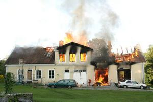 Villan var övertänd när polis och brandkår kom till platsen.