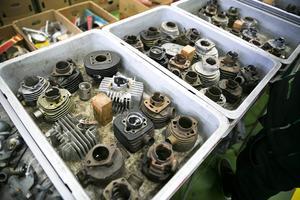 Motordelar finns i mängder.