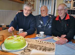 Anders Persson och Åke Hillheim är de enda av Blåsjöstrejkens deltagare som är i livet och bor kvar i byn. På bilden flankerar de strejkens idekläckare Niklas Nikolausson, numera bosatt i trakten av Brönnöysund i Norge.
