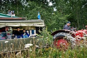 Släpen är godkända för passagerare. I detta sitter Ben Björkström, åtta år, och Wilhelm Geijer, nio år, och skrattar tillsammans. Farfar Lars-Erik Björkström sitter bakom ratten.