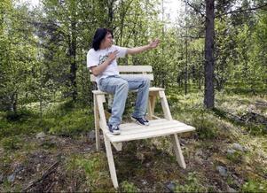 Det tar bara några minuter för grabbarna att skruva ihop en stol. Det mesta jobbet har de gjort på före detta  F 4:s gamla skjutbanaFoto: Jan Andersson